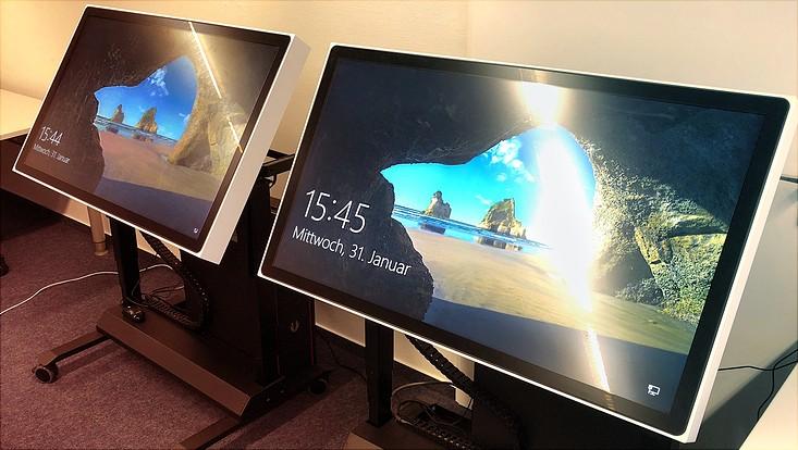 Mehrere Touchtables in einem Seminarraum