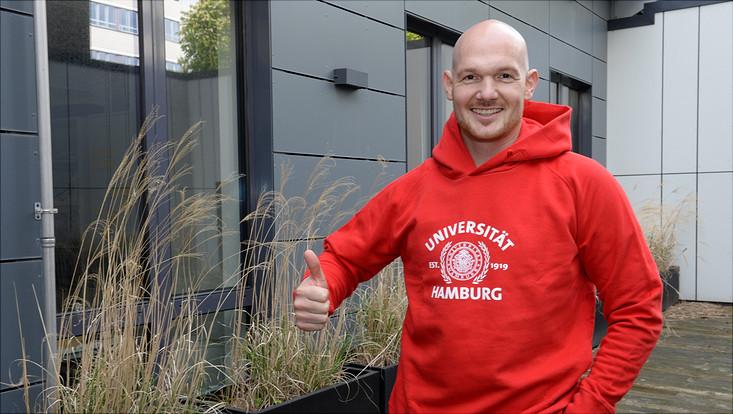 Alexander Gerst mit Hoody der Universität Hamburg