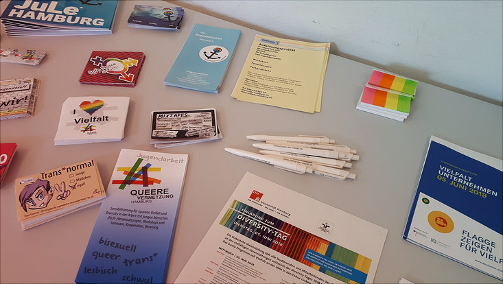 Flyer, die beim Queer-Workshop des Diversity-Tags ausliegen