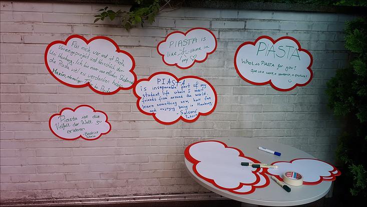 """Aufgeklebte Zettel an einer Wand. Darauf stehen Antworten auf die Frage """"What is Piasta for you?"""""""