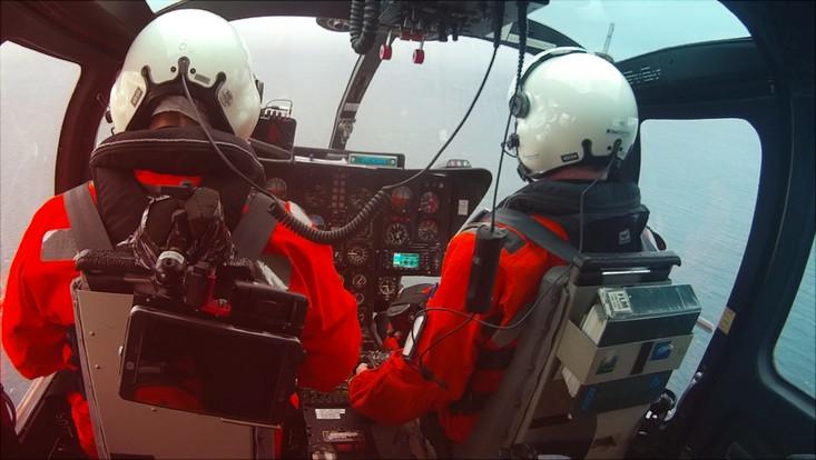 Pilot und Wissenschaftler im Helikopter