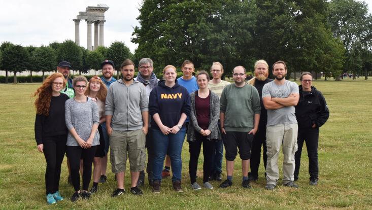 Prof. Seifert mit ihren Studierenden auf dem Areal des Archäologischen Parks Xanten
