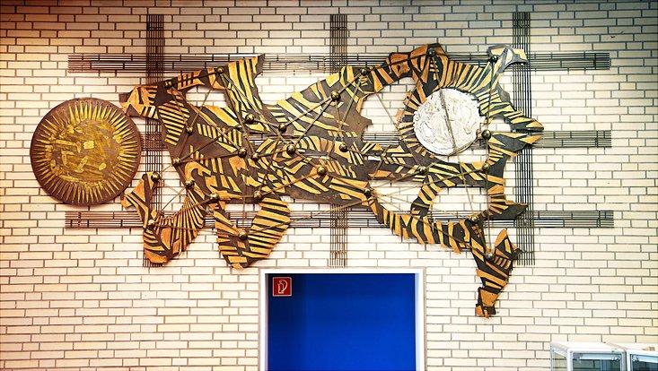 Wandskulptur im Rechenzentrum
