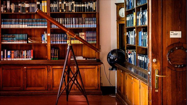 In der alten Bibliothek der Sternwarte steht ein Teleskop