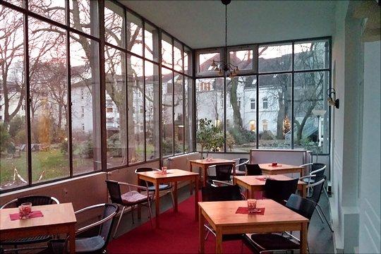 Stühle und Tische im Wintergarten