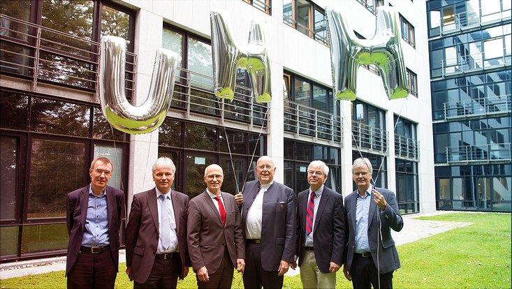 Universitätspräsident Prof. Dr. Dr. h.c. Dieter Lenzen, der Erste Bürgermeister Tschentscher und die vier Exzellenzcluster-Sprecher