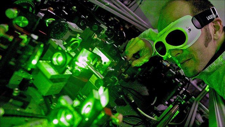 Prof. Dr. Roman Schnabel bei einem Laserexperiment