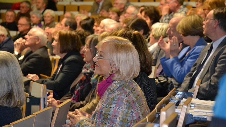 Ältere Erwachsene im Hörsaal