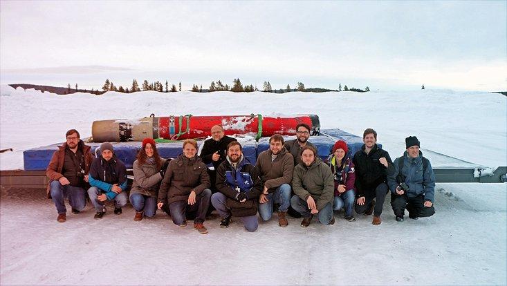 Das MAIUS-I-Team mit der Rakete