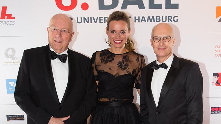 Universitätspräsident Prof. Dr. Dr. h.c. Dieter Lenzen (l.), die Moderatorin des Abends Susanne Böhm (m.) und der Erste Bürgermeister der Stadt Hamburg Peter Tschentscher (SPD) (r.).