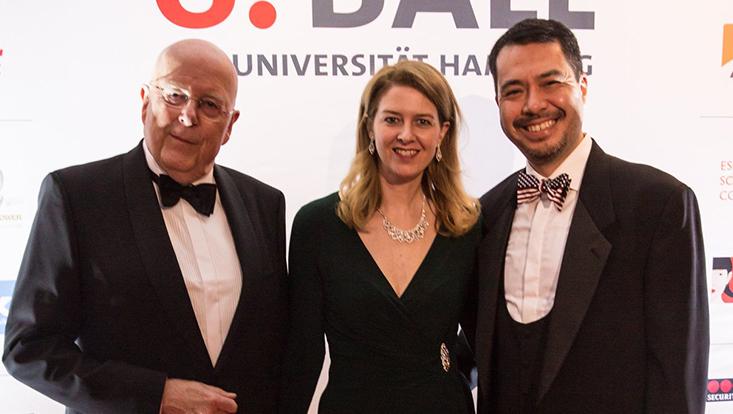 Universitätspräsident Prof. Dr. Dr. h.c. Dieter Lenzen (l.) zusammen mit dem Generalkonsul der USA in Hamburg Richard Yoneoka (r.) und seiner Frau Kathrin Yoneoka (m.).