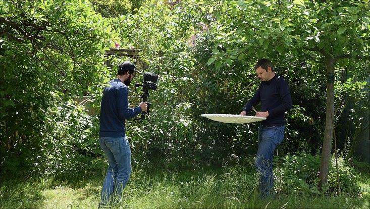 """Dreharbeiten in der Hamburger Steenkampsiedlung mit Martin Kubiak (r.) für ein Video, das am 13. Juni, dem  """"Kurzen Tag der StadtNatur"""", Premiere feiert."""