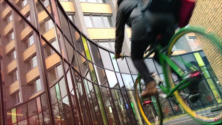 Eine Person fährt auf einem grünen Fahrrad.