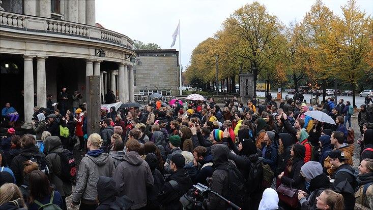 Die Kundgebung vor dem Hauptgebäude