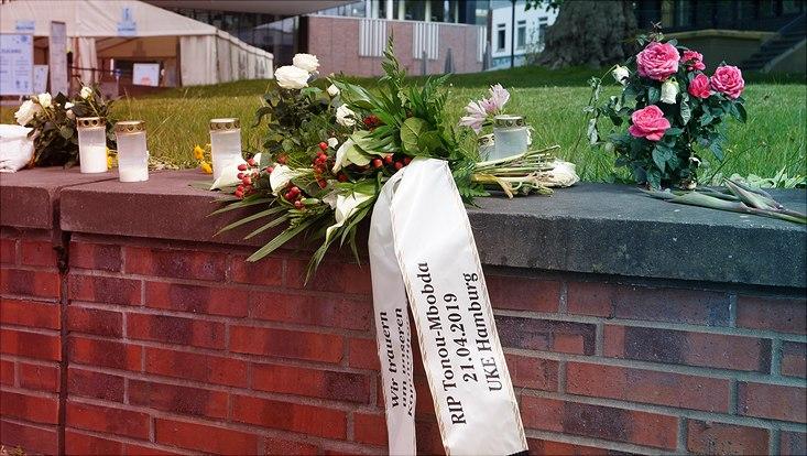 Der Trauerkranz vom AStA in Gedenken an William Tonou-Mbobda