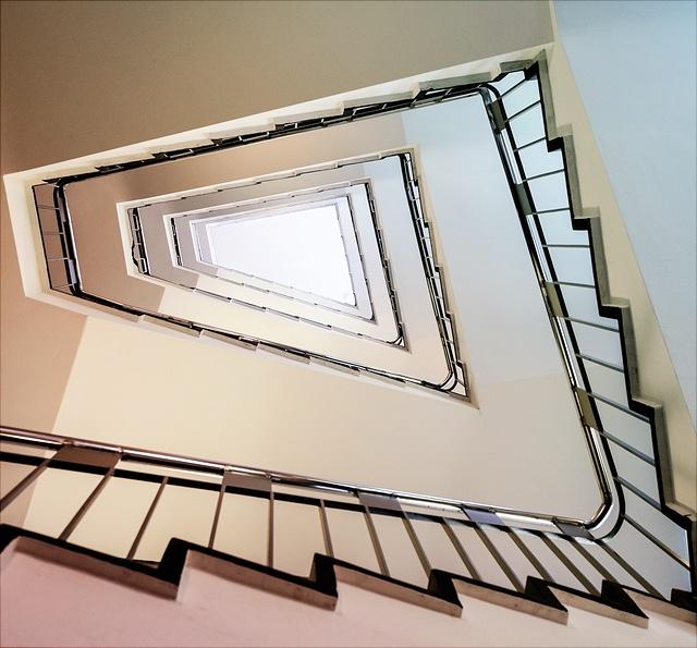 Das Bild zeigt eine Treppe von unten.
