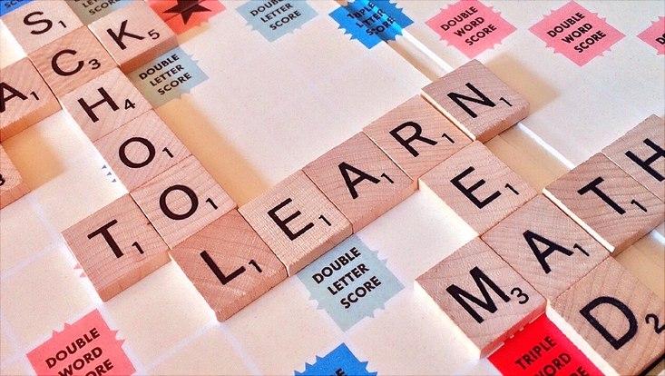 Das Bild zeigt Scrabble-Steine mit Begriffen zum Thema Lernen.
