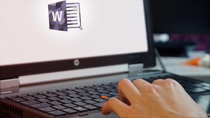 laptop offenes word dokument hände
