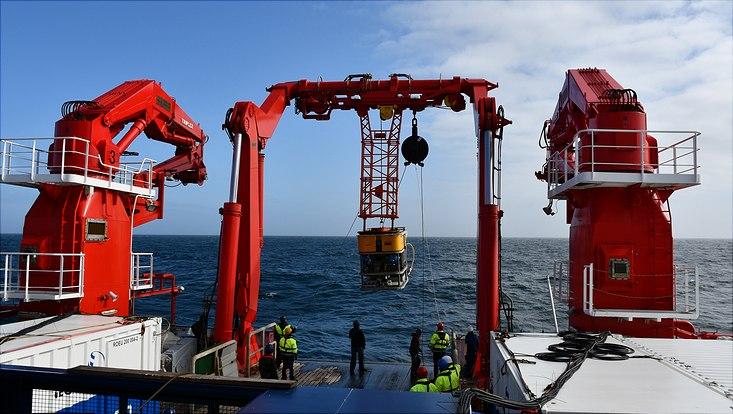 ROV-Einsätze sind wie ein synchronisierter Tanz zwischen den acht ROV Mitarbeitenden und den Mitgliedern der Mannschafft: Jede Person hat eine spezielle Aufgabe und muss sie zum genauen Zeitpunkt ausführen.  Da das Gerät so schwer ist und eine eigene