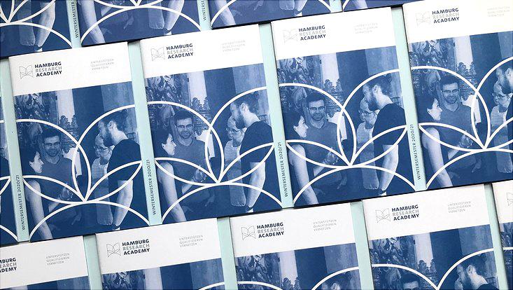 Exemplare der neuen HRA-Broschüre liegen nebeneinander