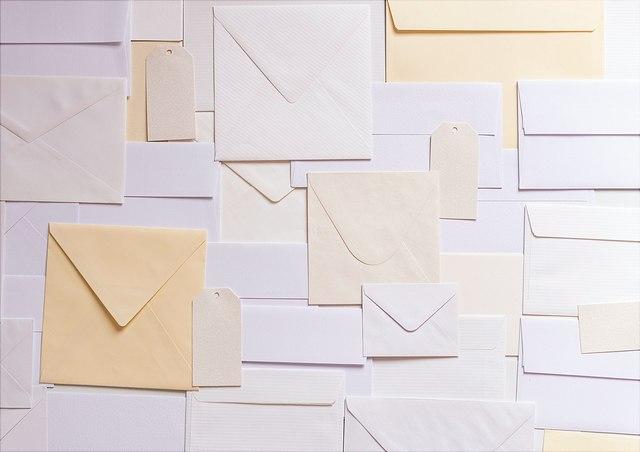 Viele Briefe liegen nebeneinander