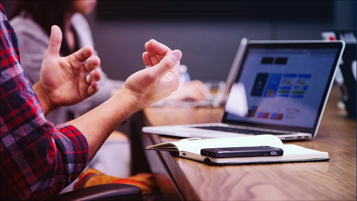 Digitales Meeting am Laptop