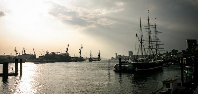Teilansicht Hamburger Hafen im Sonnenuntergang
