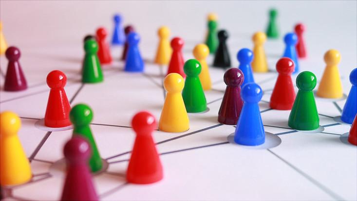 Farbige Spielfiguren in einem Netzwerk