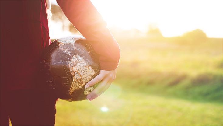 Mensch mit Globus