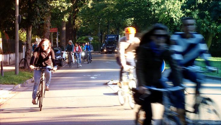 Fahrradfahrer*innen am Harvesterhuder Weg
