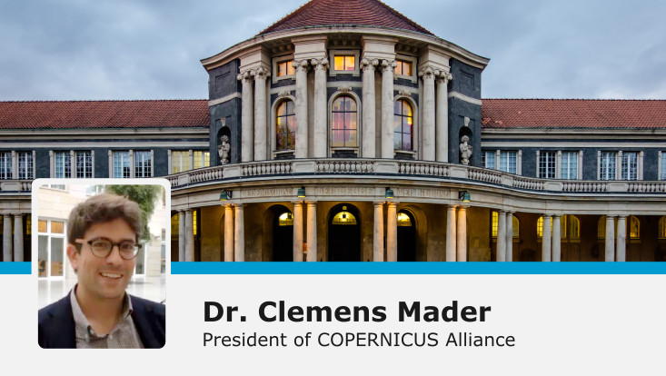Clemens Mader, Hauptgebäude im Hintergrund