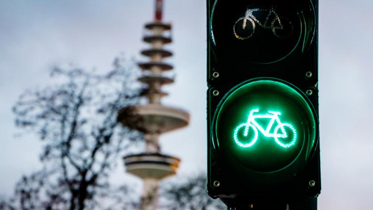 Fahrradampel zeigt grün, Fernsehturm im Hintergrund