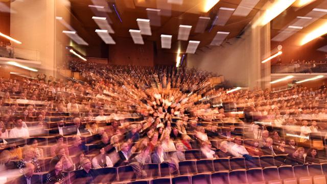 Bild mit Zoom-Effekt: Blick von vorne auf den Zuschauerraum eines Hörsaals, im Audimax.