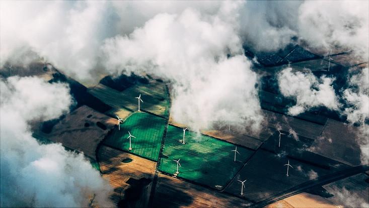 Luftaufnahme mit Windrädern