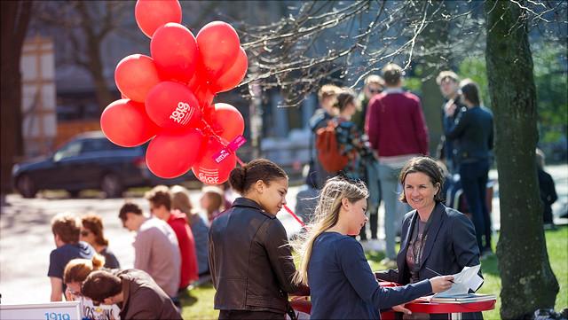 Infostand mit Luftballons auf Campus