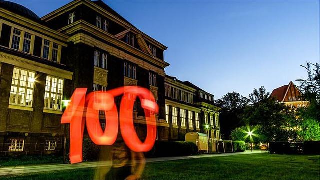 Schriftzug 100 mit Licht bei Nacht