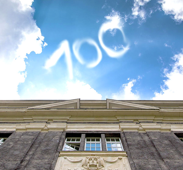 Hauptgebäude: eine 100 in die Luft geschrieben