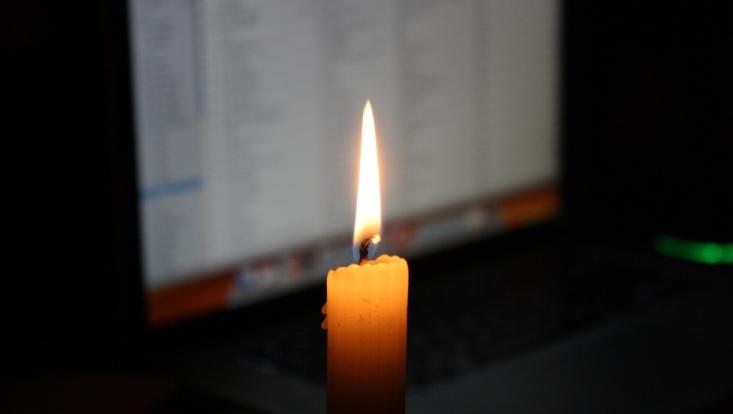 Kerze vor Bildschirm