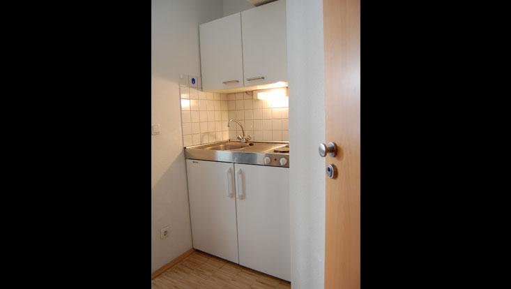 Kochnische gekachelt, mit Spüle, Unterschrank, Oberschrank