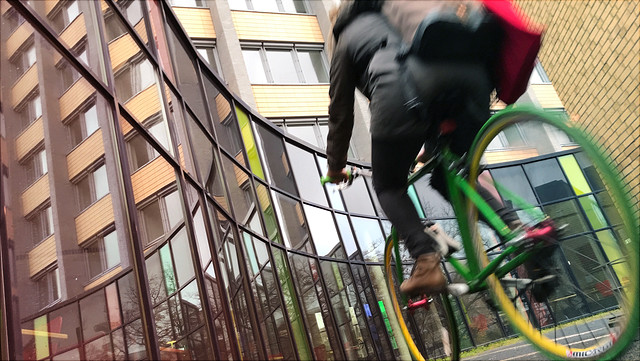 Stundetin auf grünem Fahrrad