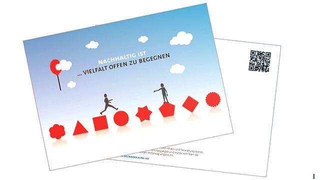 Postkarte zeigt zwei Figuren die sich auf unterschiedlichen geformten Gegenständen die Hand reichen.
