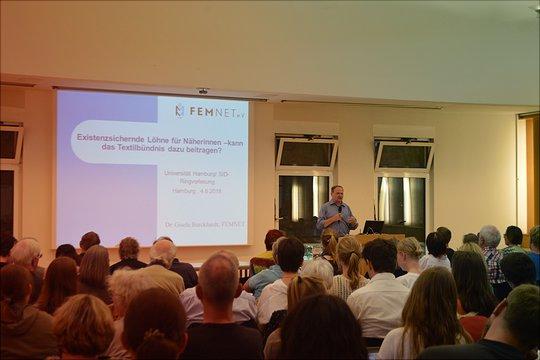 Während der Referent anhand der Powerpoint-Präsentation referiert wurde von hinten ein Foto des Publikums aufgenommen.