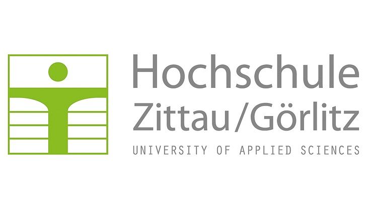 """Das Logo enthält ein modernes, starkes Signet. Rechts daneben schließt sich der Schriftzug """"Hochschule Zittau/Görlitz"""" in Mischbuchstaben sowie der Zusatz """"University of Applied Sciences"""" in Versalien an. Der Schriftzug ergibt die Höhe des Signet"""
