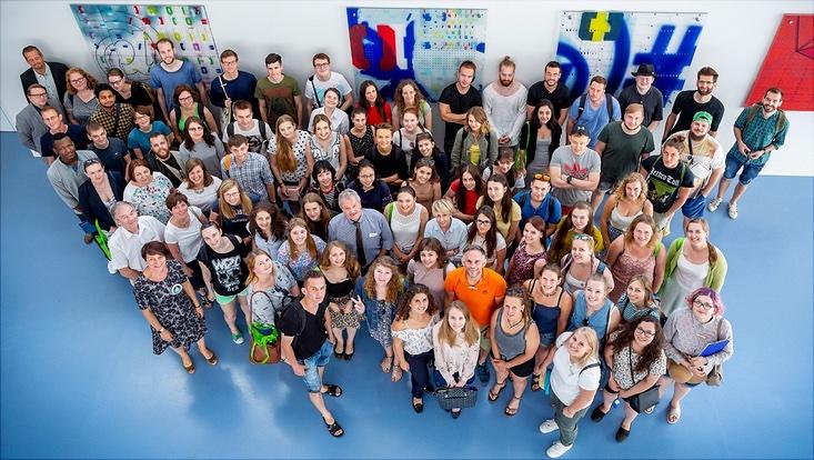 Gruppe von Studierenden von oben fotografiert, dabei handelt es sich um die Teilnehmer der Student Conference des Baltic Univercity Programme