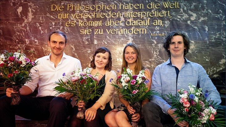 Die Preisträgerinnen und Preisträger des Forschungspreises zur Nachhaltigkeit sind zu sehen.