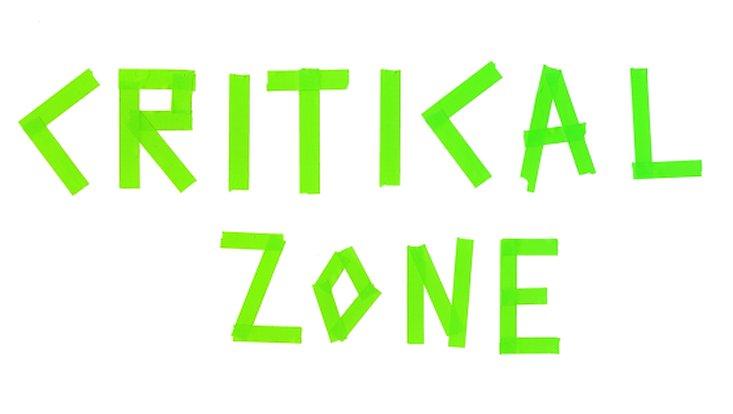 """Der Schriftzug """"Critical Zone"""" in neon-grün."""