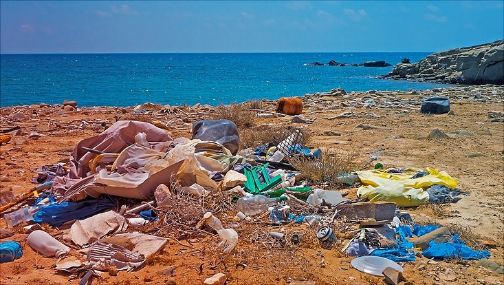 Ein Haufen Plastikmüll an einem Strand.