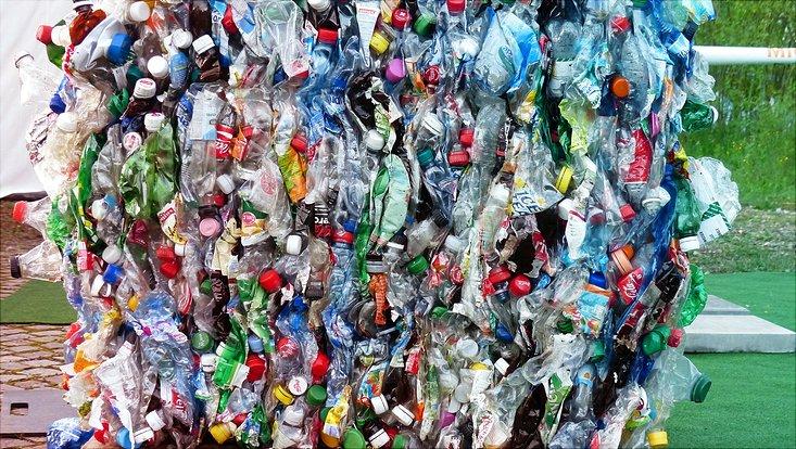 Leere Plastikflaschen sind zu einem Müllpaket zusammengeschnürt.