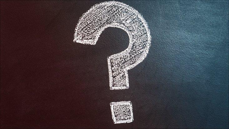 Ein Fragezeichen ist mit Kreide auf eine Tafel gemalt.