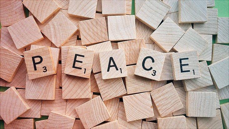 Das Wort Peace ist aus Scrabble-Buchstaben gelegt.